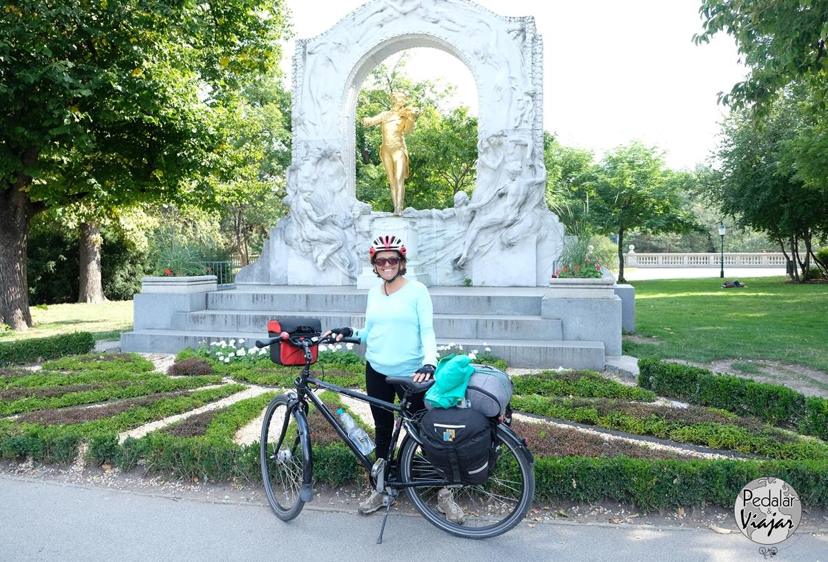 Stadtpark um belíssimo parque. Um dos lugares mais fotografados do parque é o monumento a Johann Strauss